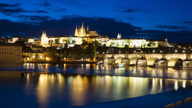 Castello di Praga dall'altro lato del fiume della Moldava immagini stock