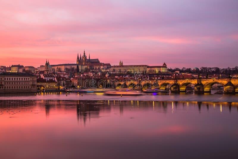 Castello di Praga e di Charles Bridge al tramonto fotografia stock