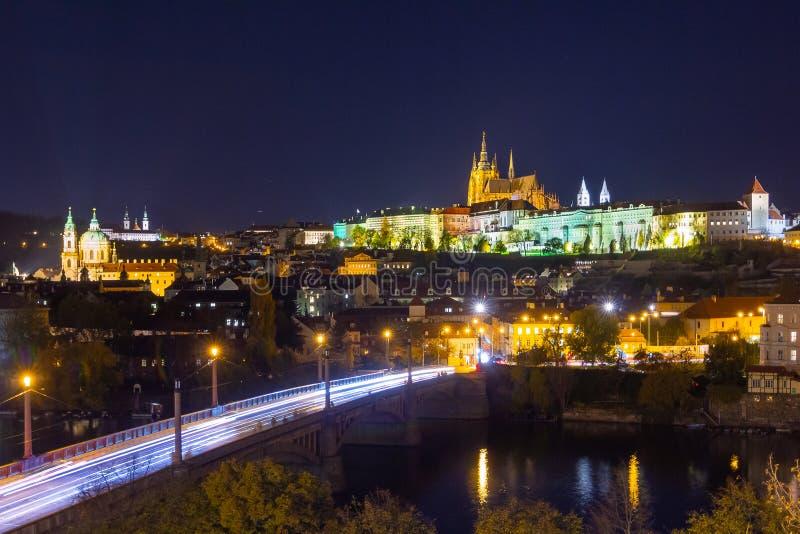 Castello di Praga di notte sopra il fiume Vltava Cityscape con corriere di luce immagine stock