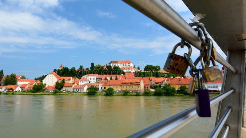 Castello di Ptuj e fiume del Drava La Stiria slovenia fotografie stock libere da diritti