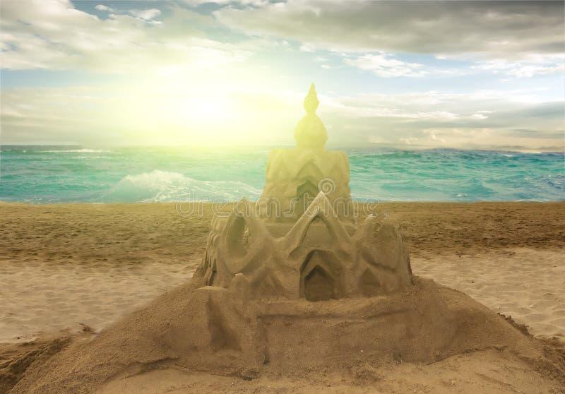 Castello di sabbia di tramonto sulla spiaggia fotografia stock libera da diritti