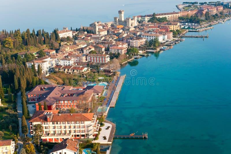 Castello di Scaliger in Sirmione dal lago Garda, Italia fotografia stock libera da diritti