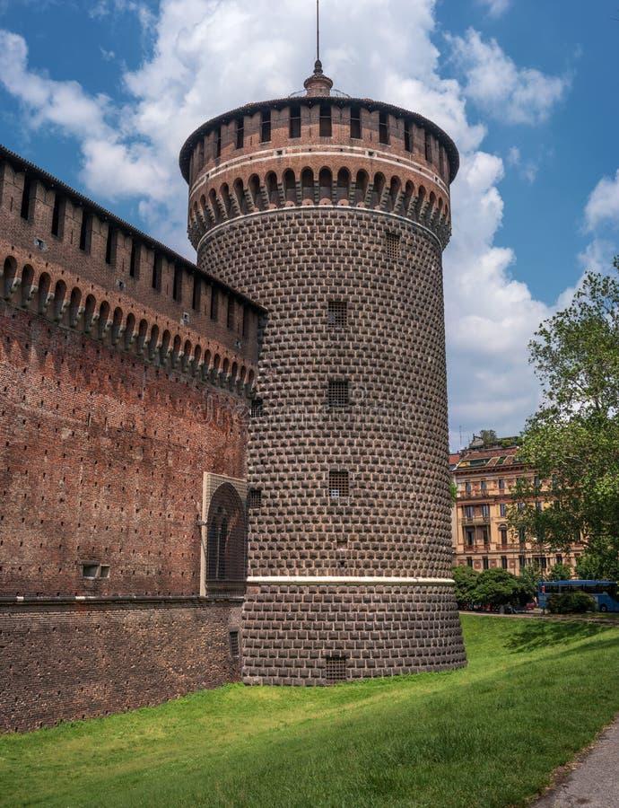 Castello di Sforza Torre di legno dell'orologio Il castello è stato costruito nel XV secolo da Francesco Sforza, duca di Milano O immagine stock