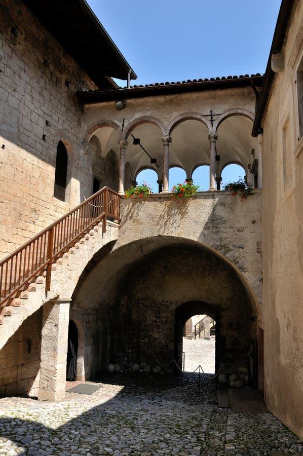 Castello di Stenico dentro la vista immagini stock libere da diritti