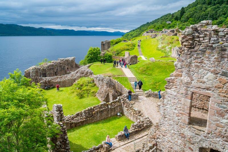Castello di Urquhart su Loch Ness negli altopiani scozzesi fotografia stock libera da diritti