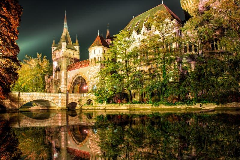 Castello di Vajdahunyad alla notte con il lago a Budapest, Ungheria fotografie stock libere da diritti