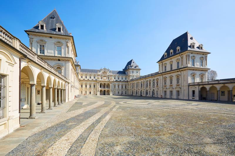 Castello di Valentino e corte vuota in un giorno soleggiato, chiaro cielo blu in Piemonte, Torino, Italia fotografia stock libera da diritti