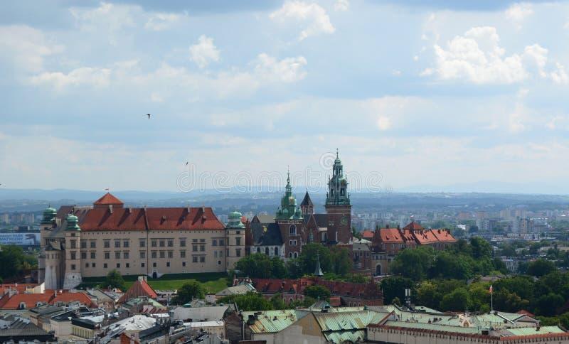 Castello di Wawel come visto dalla torre della basilica del ` s di St Mary cracovia poland fotografie stock libere da diritti