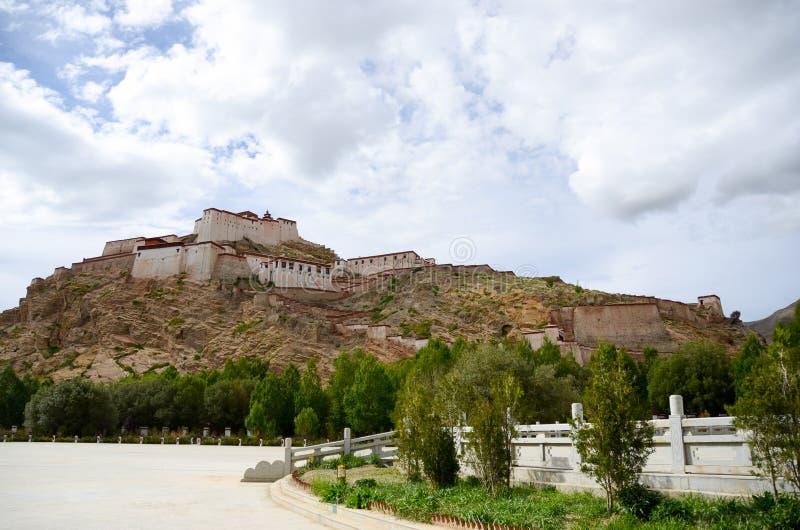 Castello di ZongShan nella città di Jiangzi del Tibet immagini stock