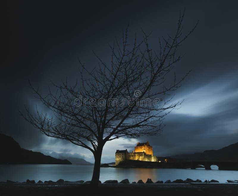 Castello durante l'ora blu, lago Duich, Scozia, isola di Eilean Donan di Skye immagini stock
