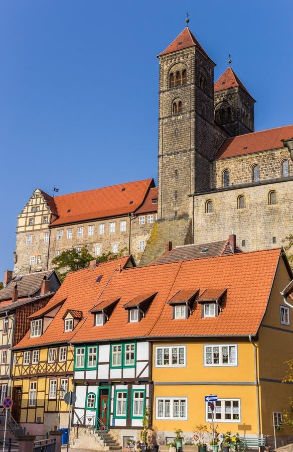 Castello e case variopinte in città storica Quedlinburg fotografia stock libera da diritti