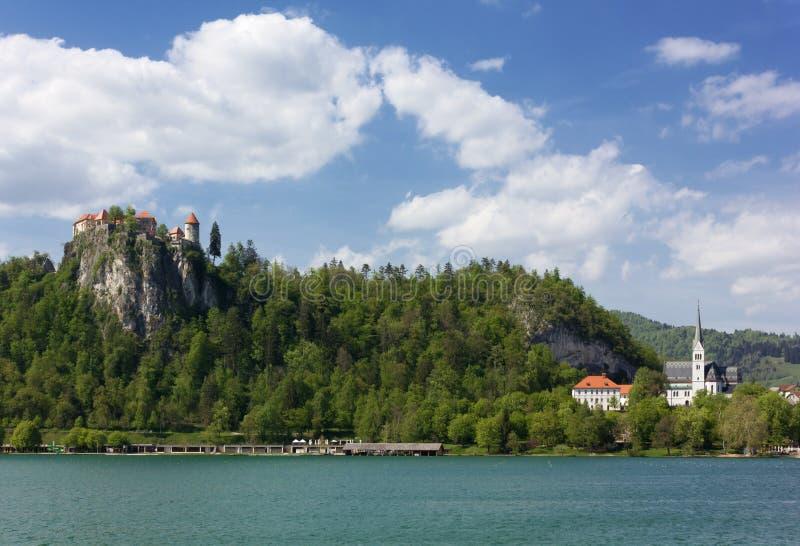 Castello e chiesa sopra il lago sanguinato immagini stock