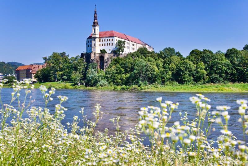 Castello e fiume Elba, città di Decin, repubblica Ceca fotografia stock libera da diritti