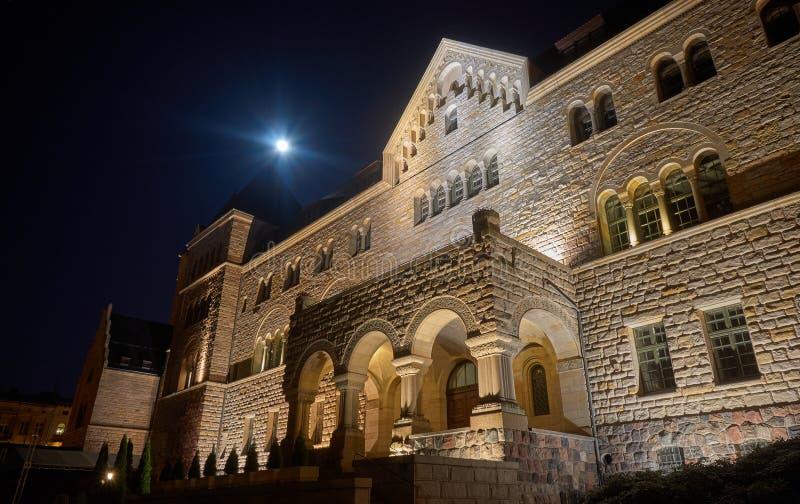 Castello e luna degli imperatori nella notte fotografia stock libera da diritti