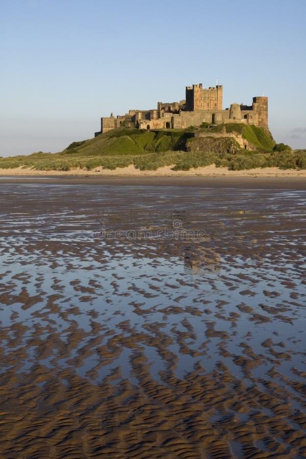 Castello e spiaggia di Bamburgh fotografie stock libere da diritti