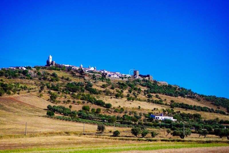 Castello e villaggio pittoresco di Monsaraz, paesaggio dell'Alentejo, viaggio a sud del Portogallo immagine stock libera da diritti