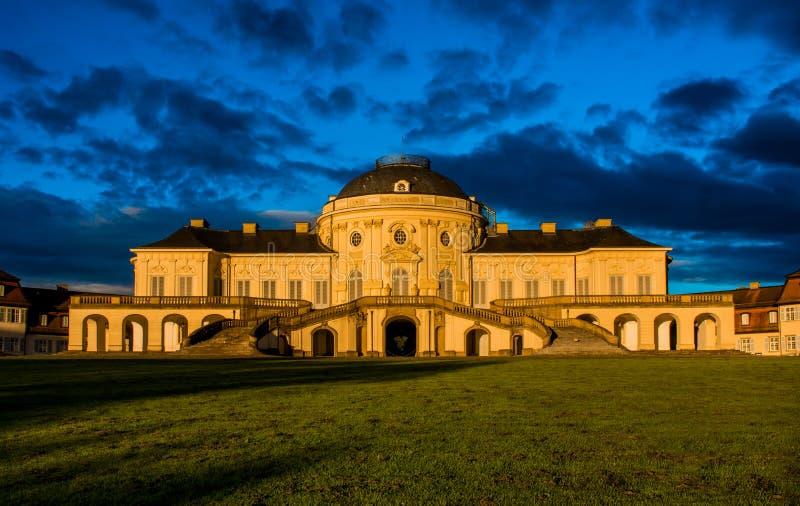 Castello esteriore Stuttgart Germania di Schloss di solitudine di panorama del cielo blu fotografie stock libere da diritti