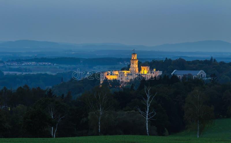 Castello Hluboka nad Vltavou nella notte con le luci immagine stock libera da diritti