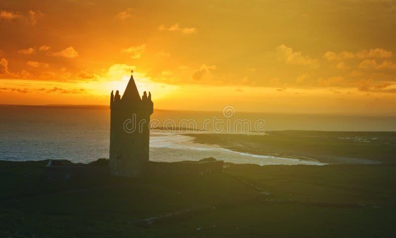 Castello irlandese dall'ovest dell'Irlanda Bello paesaggio di tramonto immagini stock