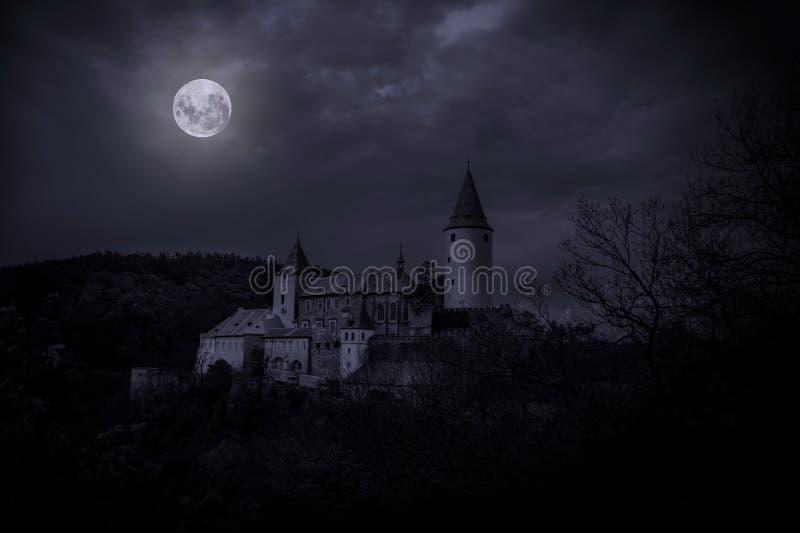Castello Krivoklat nella luce della luna di mistero immagine stock