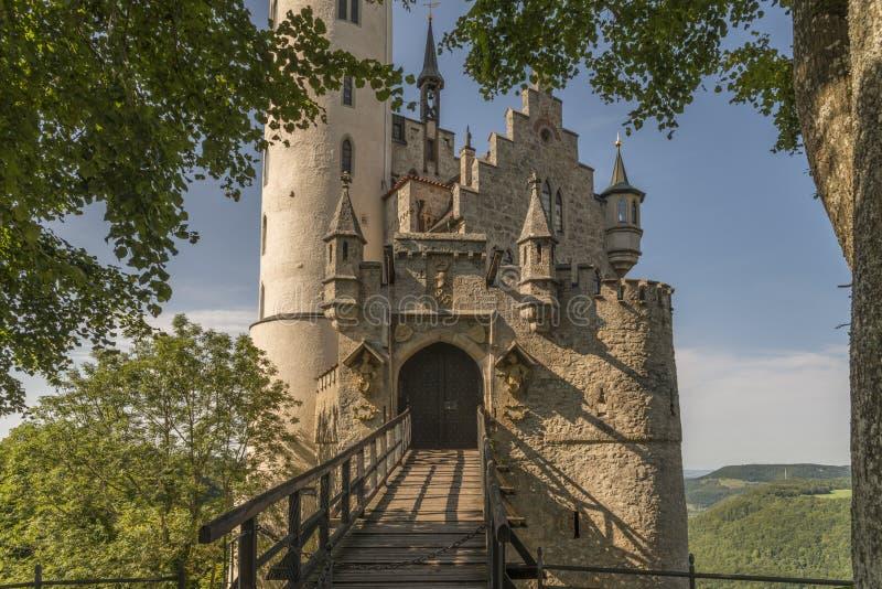 Castello Lichtenstein con il portone ed il ponte mobile dell'entrata fotografie stock libere da diritti