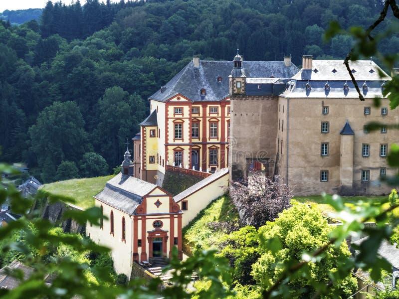Castello Malberg attraverso i rami di albero, vista dalla via principale, a Malberg, la Germania immagine stock