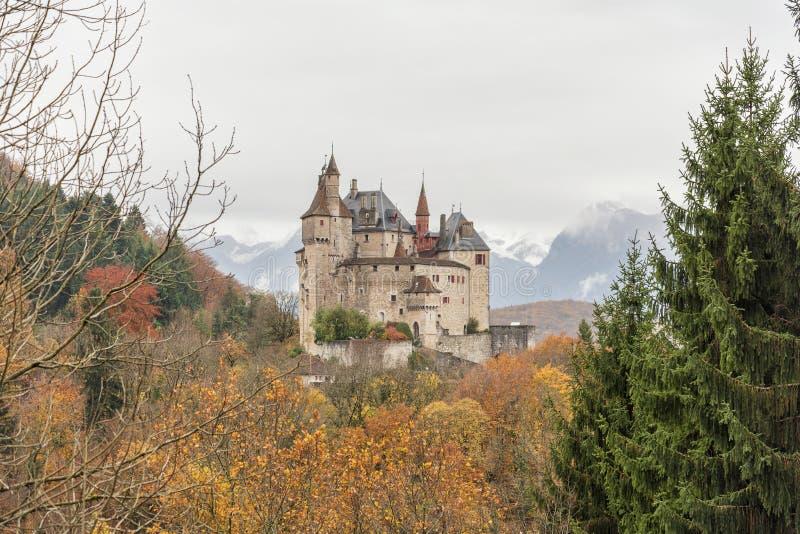 Castello medievale di fama mondiale di Menthon nel comune del Menthon-san-Bernard, nel Haute-Savoie, la Francia immagine stock