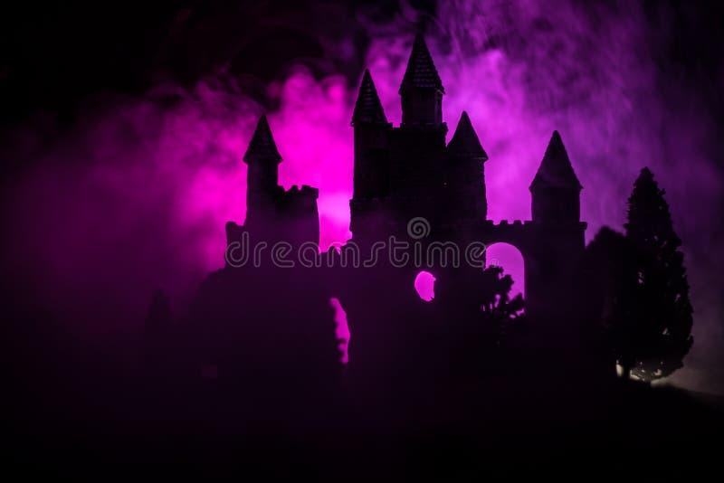 Castello medievale misterioso in una luna piena nebbiosa Vecchio castello abbandonato di stile gotico alla notte fotografia stock libera da diritti