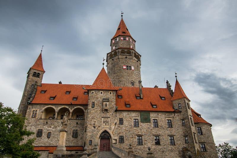 Castello medievale sulla collina nella regione ceca di Moravia fotografia stock libera da diritti