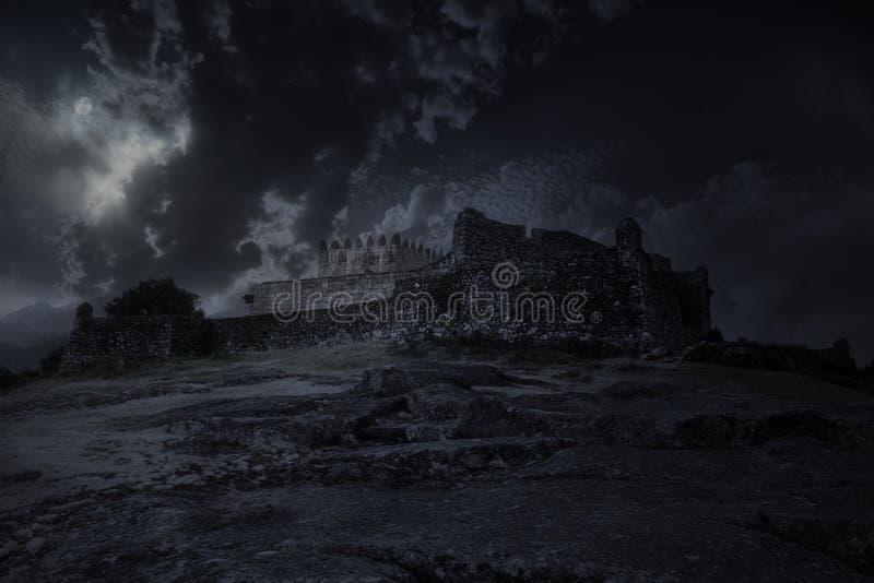 Castello medievale in una notte della luna piena fotografia stock libera da diritti