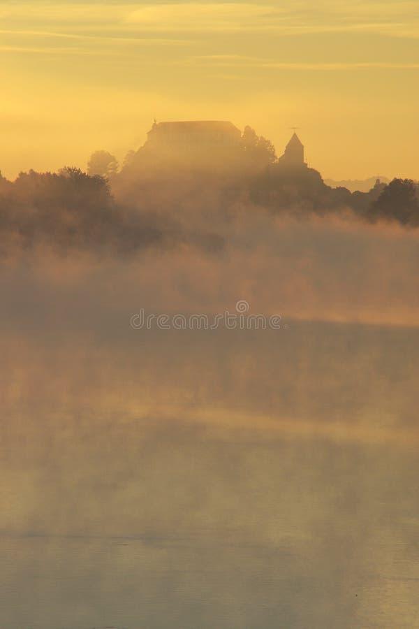 Castello misterioso in autunno nebbioso fotografia stock