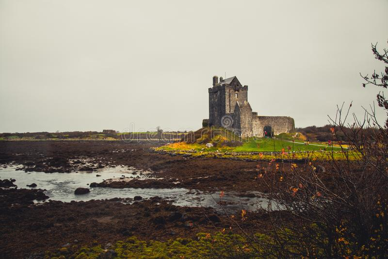 Castello mistico di Dunguaire in Irlanda fotografia stock libera da diritti