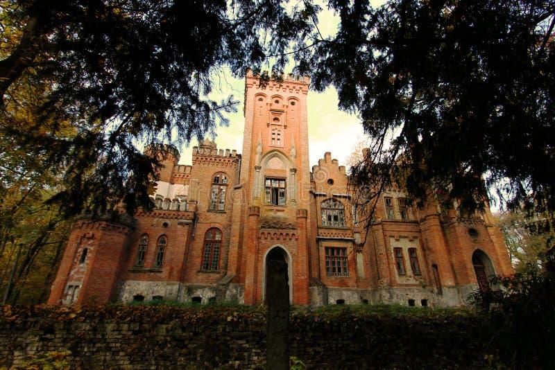 Castello neogotico ucraino dei magnati polacchi nel villaggio di Leskovo fotografia stock
