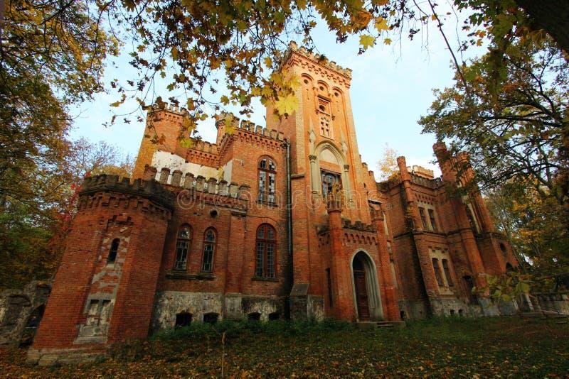 Castello neogotico ucraino dei magnati polacchi nel villaggio di Leskovo immagini stock