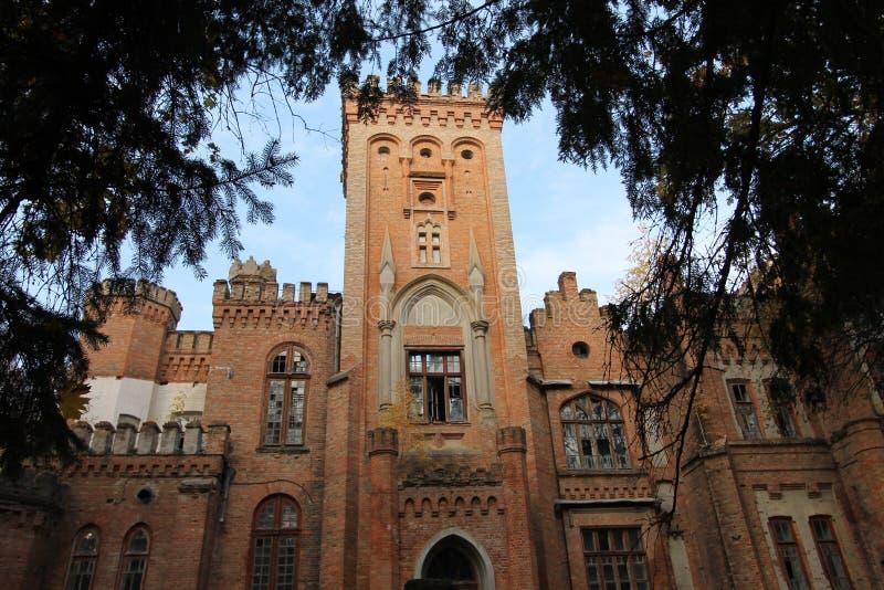 Castello neogotico ucraino dei magnati polacchi nel villaggio di Leskovo immagine stock