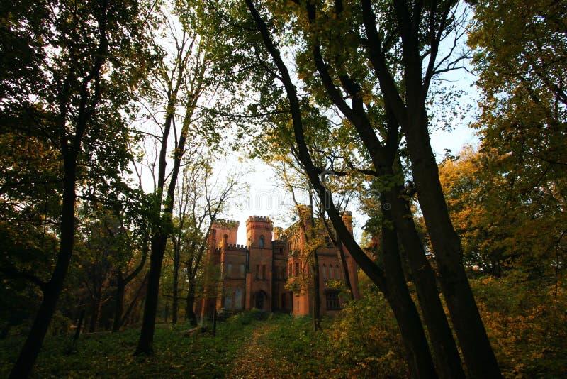Castello neogotico ucraino dei magnati polacchi nel villaggio di Leskovo fotografie stock