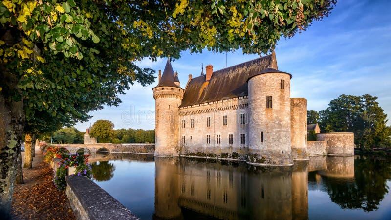 Castello o castello de Sully-sur-Loire al tramonto, Francia fotografie stock libere da diritti