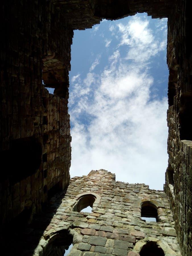 Castello rovinato della costruzione ed altri nei confini fotografia stock libera da diritti