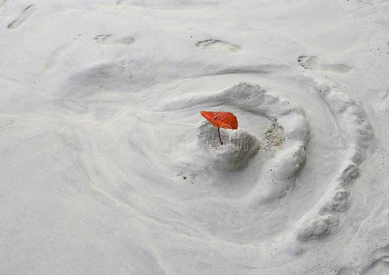 Castello scolorito della sabbia dal bambino - gioco della sabbia a Sandy Beach bianco con svago, divertimento, gioco ed attività  fotografia stock
