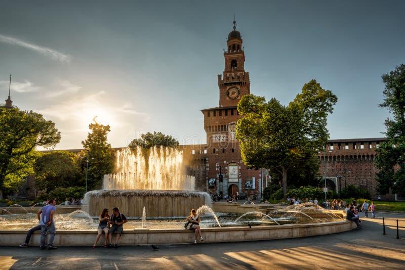 Castello Sforzesco al tramonto a Milano, Italia immagini stock libere da diritti