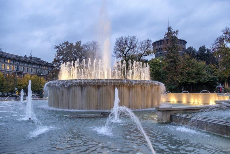 Castello Sforzesco e fontana alla sera a Milano fotografie stock libere da diritti