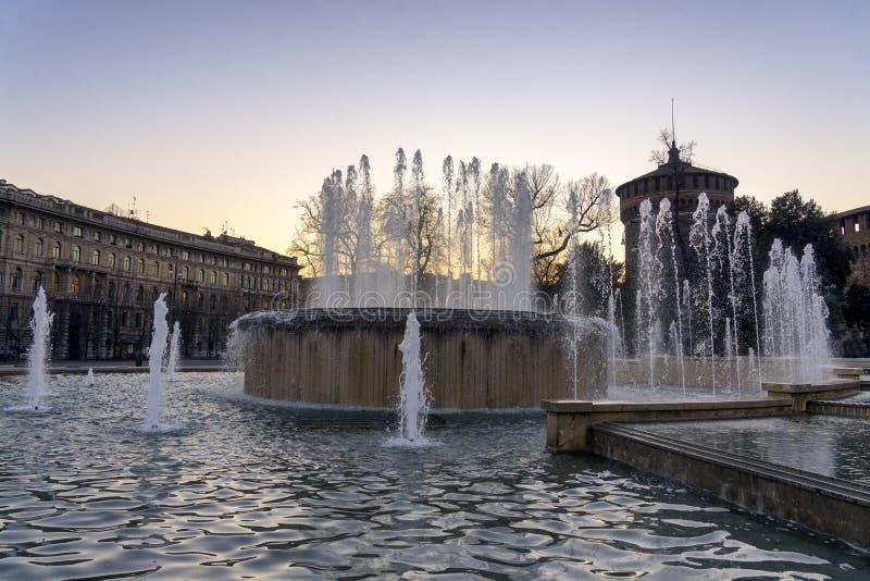 Castello Sforzesco e fontana in Milan Italy immagini stock
