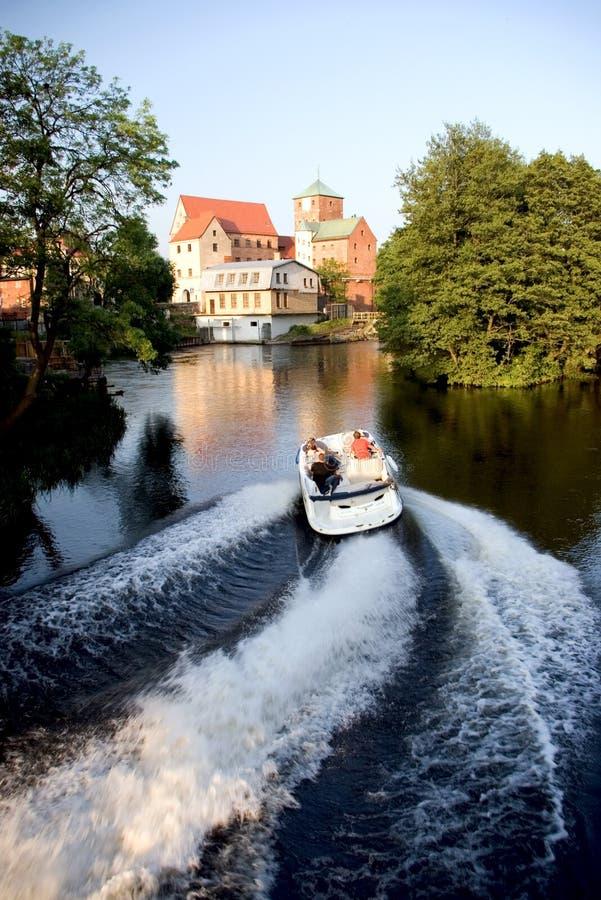 Castello sul lago e sulla barca fotografia stock