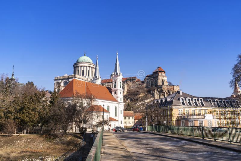 Castello in Ungheria Cattedrale all'ovest La più grande chiesa in Ungheria Vista di una basilica di Esztergom, cattedrale all'ove immagini stock libere da diritti