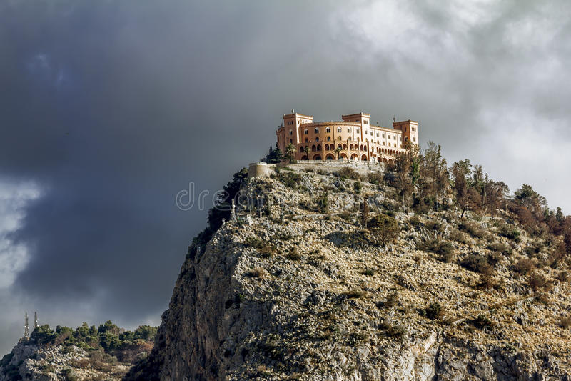 Castello utveggio的看法在登上佩莱格里诺的在巴勒莫 sic 免版税图库摄影