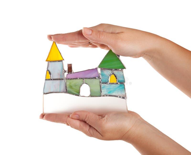 Castello variopinto del vetro macchiato fatto a mano in mani femminili isolate fotografia stock libera da diritti