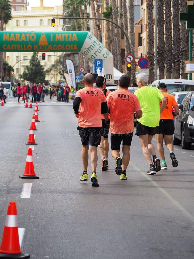 Castellon, Espanha 24 de fevereiro de 2019 corredores durante uma raça de maratona imagem de stock royalty free