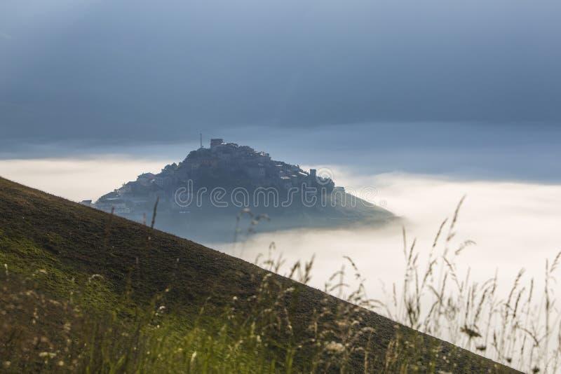 Castelluccio de Norcia antes del terremoto devastador en centavo fotos de archivo