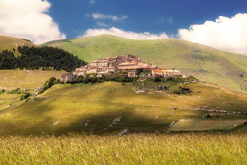 Castelluccio di Norcia (Perugia, Umbría, Italia) - ajardine en t fotografía de archivo