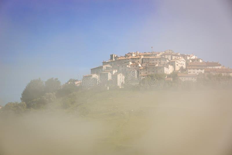 Castelluccio na névoa da manhã, piano grandioso, Úmbria, Itália fotos de stock royalty free